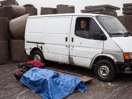 SALGSBOD: En fruktbonde tilbyr varene sine på vei til Kazbegi. Foto: Hans Aage