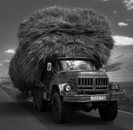 HØY LAST: Lastebil på Javakheti-platået. Foto: Hans Aage