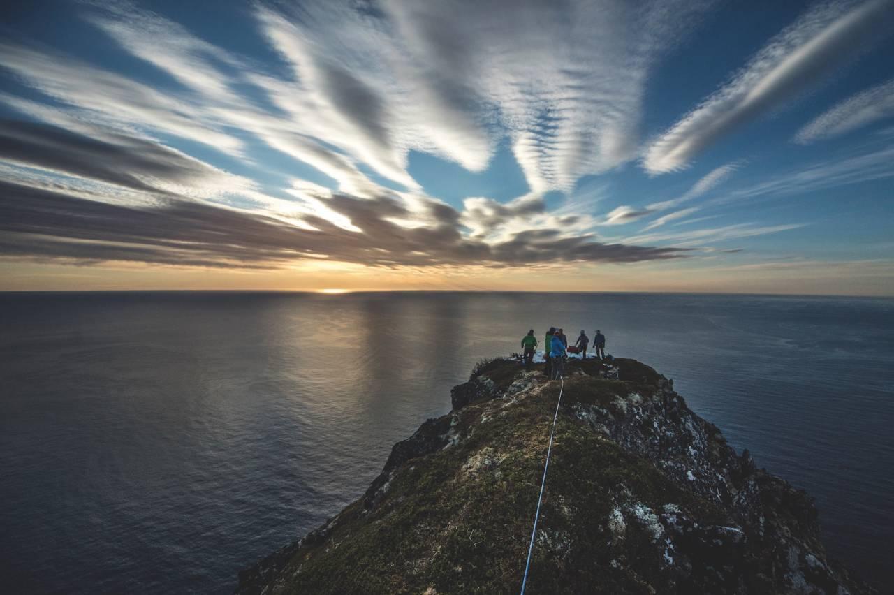 SMAL RYGG, BREDT PUBLIKUM: Deltagere og crew på Okshornan 559 moh., også kjent som Djevelens Tanngard. 71 Grader Nord besøkte den spektakulære fjellformasjonen nordvest på Senja i Troms i mai 2016.