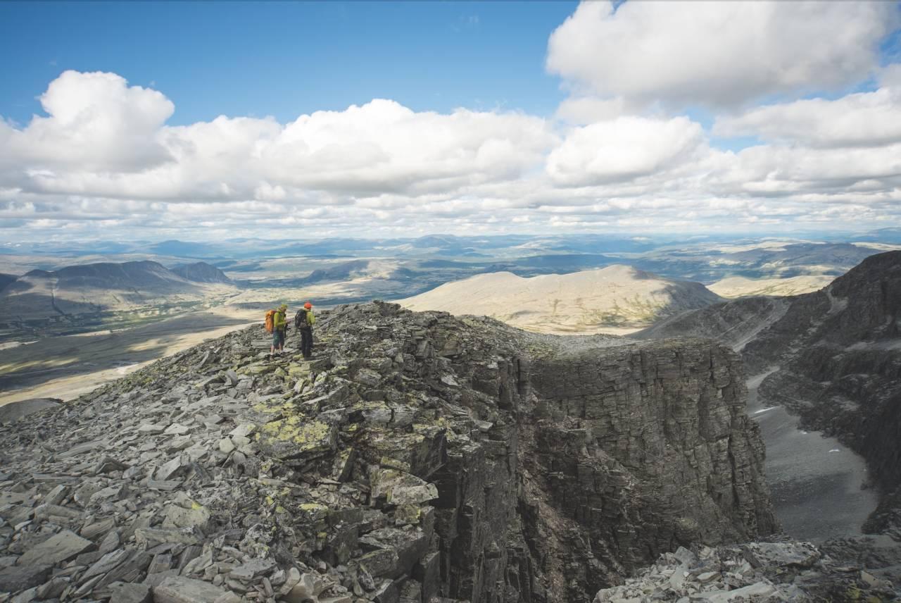 LOKKER OG DRAR: Rondane har vært en magnet på fjellvandrere, kunstnere og andre svermere siden nasjonalromantikerne oppdaget herligheten på 1800-tallet. I dag har toppturer gitt besøket nok et bratt løft. Foto: Maria K. Kleiven