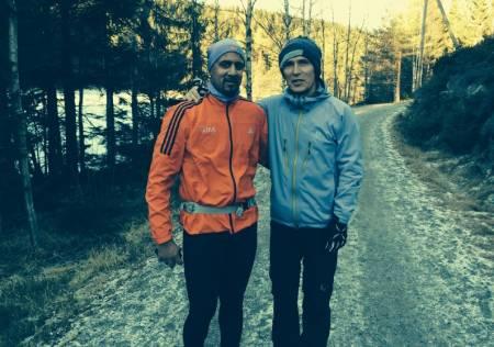 IKKE BARE PRAT: Abid Raja og Jens Stoltenberg på joggetur i Nordmarka. Abid syntes treningssenter-trening blir statisk og monotont. Marka trigger motivasjonen for å være aktiv. Foto: Privat