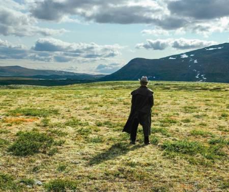 Forfatteren skuer utover Dovreprærien – mens han nervøst tømmer blæra før han setter seg i salen. Foto: Fra boka 12 eventyr og et spøkelse/CappelenDamm
