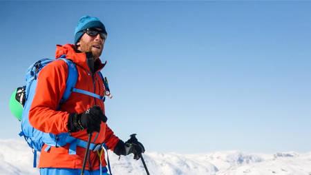 PROGRAMLEDEREN: Tindevegleder Jørgen Aamot loser oss trygt gjennom fjellets lunefulle snølag gjennom 15 episoder av Toppturskolen. Bilde: Benjamin Hjort