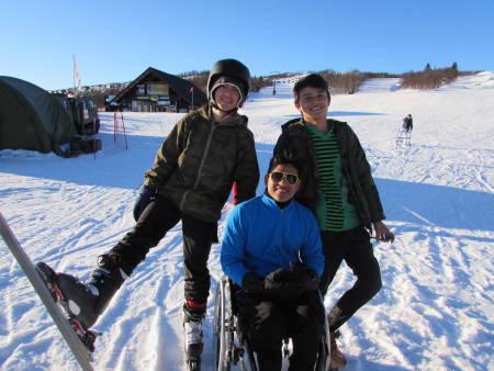 Elias Rodriguez (AR), Melvin Cornejo Gomez (SV) og Yerson Fabian Castellanos (CO) smiler bredt etter en flott dag i Beitostølen skisenter. I bakgrunnen: Alberto Perez Arroyo (ES ).