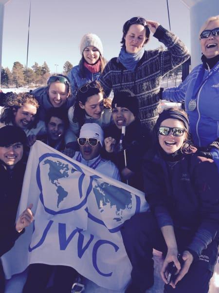 Melvin Cornejo Gomez (SV) har gjennomført 20 km på ski og får Ridderrennets beste heiarop når han kommer i mål. Her sammen med UWC-gjengen og kulturminister Thorhild Widvey.