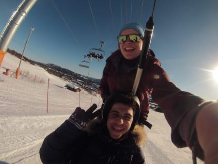 Tonje Kirkebøen Slettemo (NO) tar selfie i skiheisen samme med Alberto Perez Arroyo (ES).