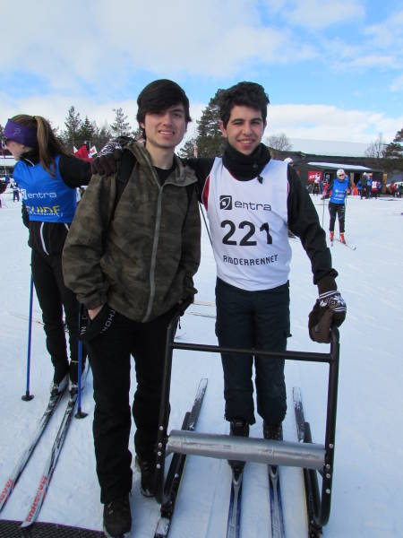 Elias Rodríguez (AR) og Alberto Perez Arroyo (ES) like før starten på 10 km langrennskonkurransen.