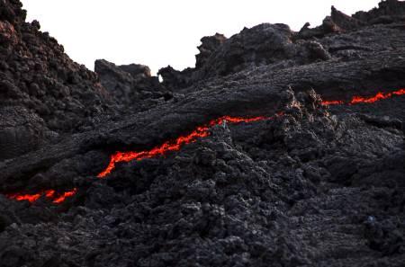 SMELTET FJELL: Siden 2006 har Pacaya vært relativt aktiv, og lavaen siger i små bekker nedover fjellsidene.
