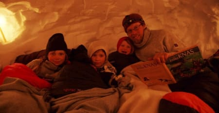 HØYTLESING: Tid for kveldens lesestund i hula. Foto: Inger W. Anundsen