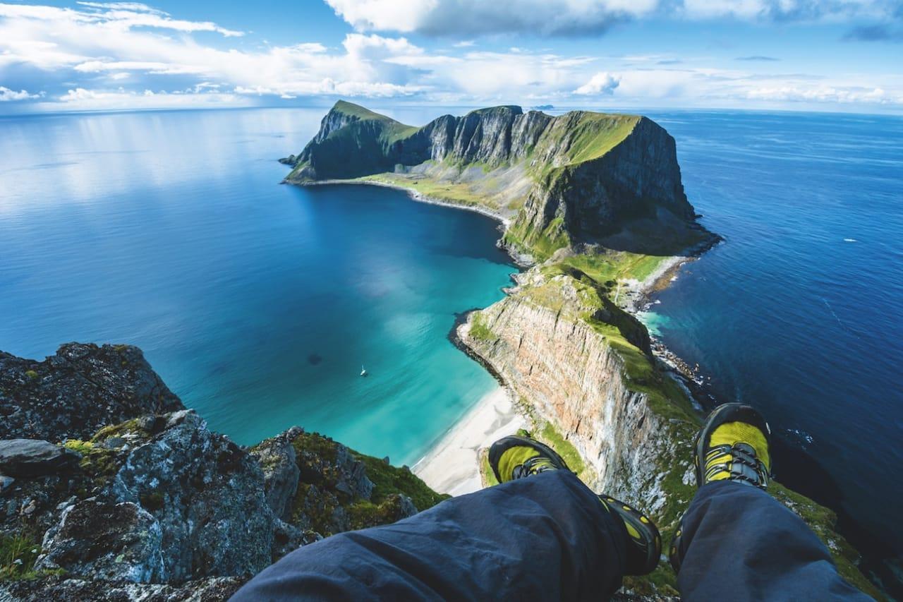 HÅEN: Den fraflyttede fuglefangerbygda Måstad sett fra toppen av Håen på Værøy. Foto: Jon Olav Larsen