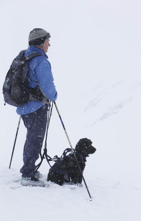 HVOR ER DE? Ikke lett å få øye på skiløperne i snødrevet.