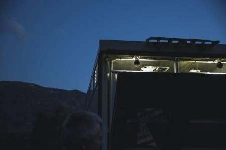 HEIM ATT: Dyretransportbilen kjem for å ta med seg sauene som skal til Jølster, og med det er ei helg i fjellet er over. Eit uvisst tal brusboksar er tømt og fårikål fortært. Kroppen er sliten. Stemninga god. No er det berre eitt år til neste gong.