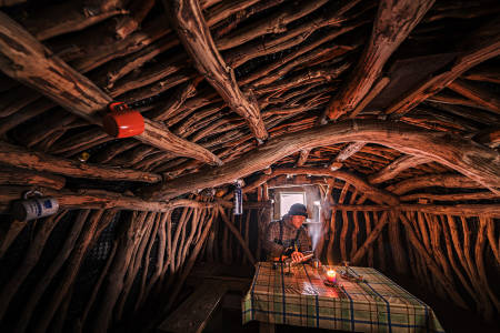 GODT SKJULT: Marius Nergård Pettersen i en av hyttene han har funnet frem til. Foto: Marius Nergård Pettersen
