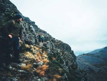 HENGEKØETUR I FLORØ: Selv merkede turstier kan by på utfordringer. Turen ned fra skaret til Børevatnet krevde ekstra konsentrasjon for å komme helskinnet frem. Foto Morten Risberg