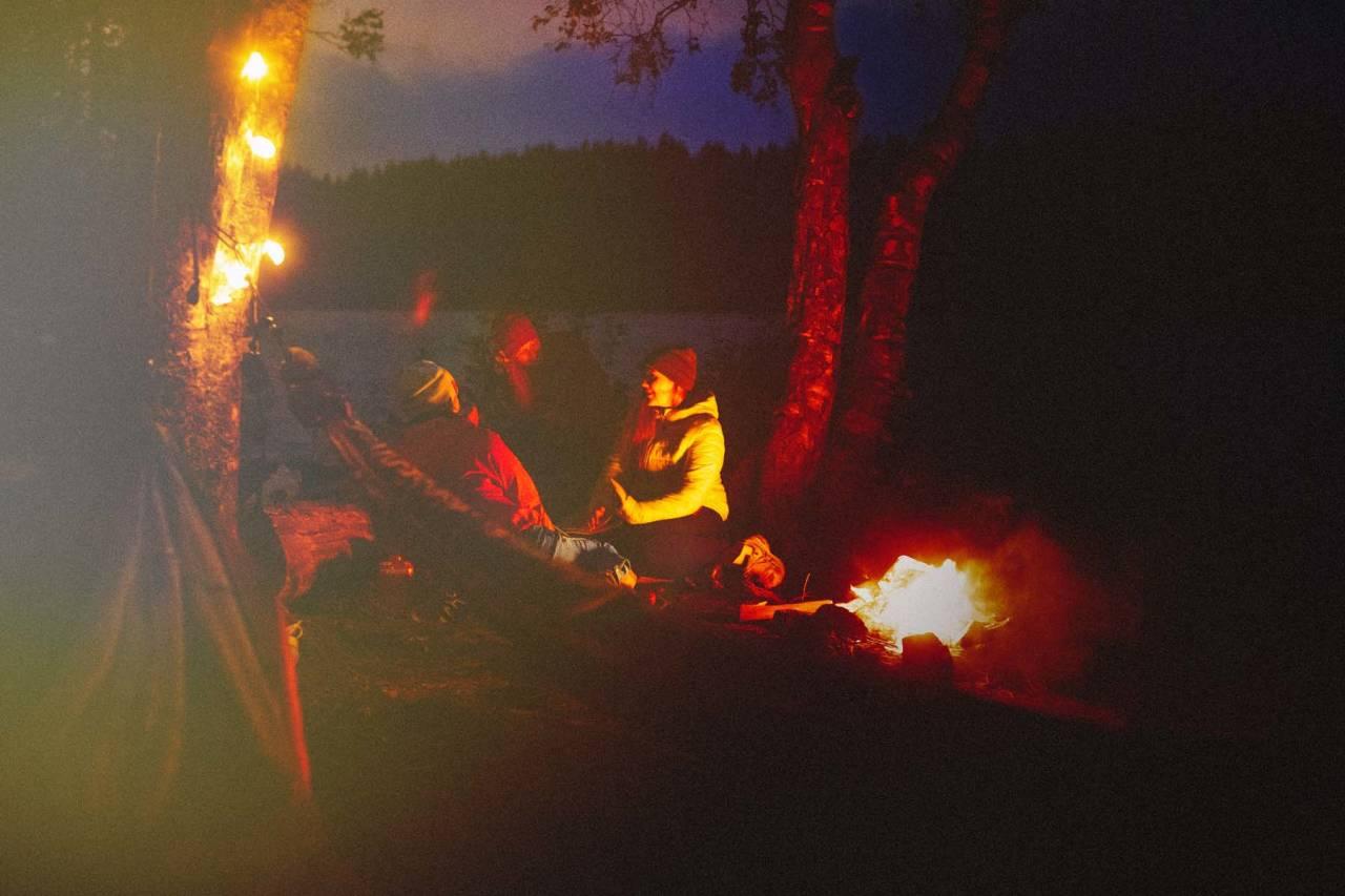TIRSDAG KVELD VED FAGERVANN: Mørke høstkvelder kan like godt nytes her. Anette Mjeldheim og Sunniva Førde har funnet et fint sted ved vannet. Foto: Kristoffer H. Kippernes