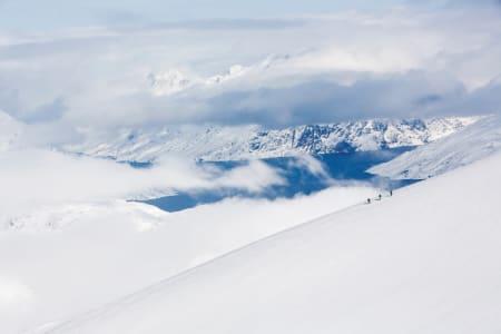 ET EGET LAND: Martin Letzter, Johan Engebratt og Tom Seeman på veg opp mot toppen Utsiqt. Toppnavnet er ikke offisielt, men skapt av gruppen. Få topper på kartet hadde navn. Alle foto: Fredrik Schenholm