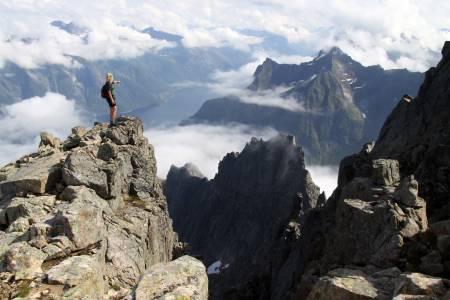 HJØRUNDFJORDEN RUNDT: Gjennom seks dager, eventuelt fordelt på flere etapper over flere år, utfordres turfolket til å beseire om lag 100 kilometer og cirka 6 500 høydemeter. FOTO: Arild Eidset