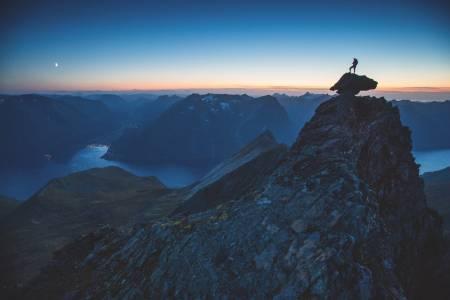 KVELDSTIMEN: Et siste gløtt av lys over Vippesteinen, som du kan ta turen ut på når du har kommet til toppen av Elsantindane på Hjørundfjordegga. Foto: Håvard Myklebust
