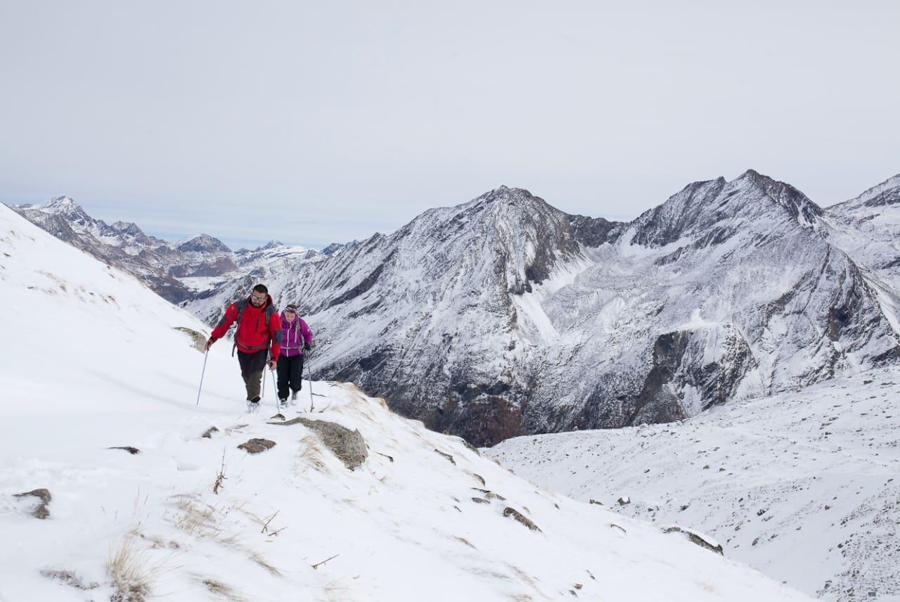 GRAN PARADISO: I de timene vi er over 2000 meter føles det som skikkelig vinter. Vinden biter i kinna og vi vasser i snø til over knærne.
