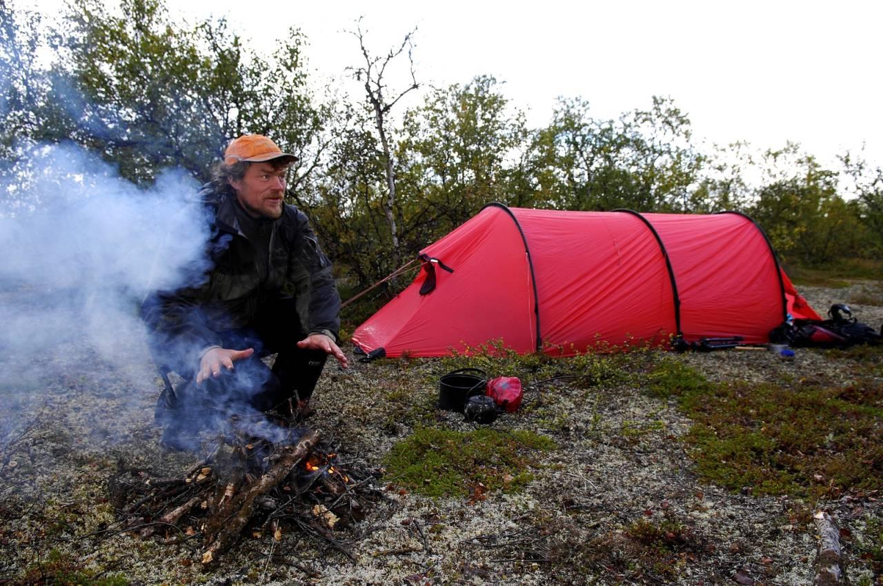 VILLMARKINGEN: Lars Monsen ved bålet, en av hovedingrediensene i hans friluftsliv.