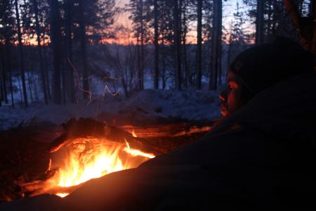 Bålet brenner, mens himmelen mørkner. Dagene er korte nå i mørketida.Alle foto: Andreas Skagøy