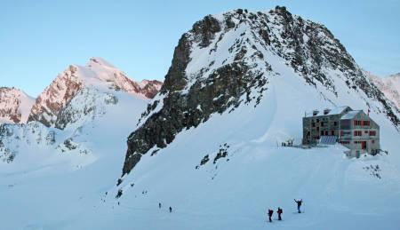 BRITANNIAHÛTTE: Rundt trivelige og travle Britanniahütte er det mange populære turmål over 4000 meter, deriblant Strahlhorn (4190 moh.), Allaninhorn (4027 moh.) og Alphubel (4206 moh). Antall senger: 134.