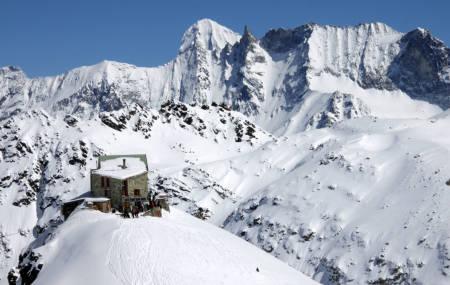 DIX (2928 moh): Cabane de Dic ligger flott til på knausen sin, med stor terrasse, god mat og utsikt mot heftig alpelandskap. La Luette og Mont Blanc du Cheilon er populære dagsturmål fra Dix-hytten. Herfra er det relativt kort vei over Pas de Chévres til tettstedet Arolla. Antall sengeplasser: 115. Foto: Bjørn Lytskjold