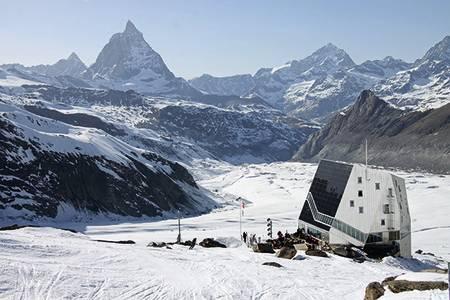 MONTE ROSA-HÜTTE (2883 moh): Få fjellhytter kan måle seg med denne. Topp moderne hytte skapt for å ligge værfast over tid. Et godt utgangspunkt for folk som skal til Dufourspitze (4634 moh), det høyeste fjellet i Sveits. Antall senger: 120