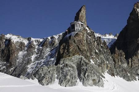 Cabane de Bertol: Hytta klorer seg fast på en gigantisk fjellhammer med en lang stålstige som eneste ankomst. Antall sengeplasser: 80. Foto: Bjørn Lytskjold
