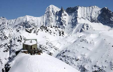 DIX: Cabane de Dix ligger flott til på knausen sin, med stor terrasse, god mat og utsikt med heftige fjell. La Luette og Mont Blanc de Cheilon er populære dagsturmål fra Dix-hytten. Antall senger: 115. Foto: Bjørn Lytskjold