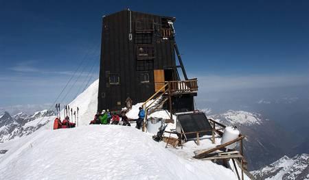 MARGHERITA: Makeløse italienske Rifugio Capanna Margherita på toppen av Signalkuppe/Punta Gnifetti (4554 moh.). Herfra er det omtrent 3000 høydemeter ned til Macugna i dalen mot øst. Opprinnelig bygget som et observatorium, nå eid og drevet av CAI (Club Alpino Italiano). Om sommeren er hytten betjent. I skitursesongen har hytten en ubetjent fløy med 12 sengeplasser. Pledd, gasskomfyr og lys.