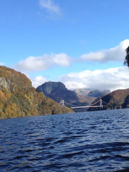 Bak Dalsbrua ligger Laukelandsfossen. Det er lite sjø som skal til før det blir relativt tungt å ro. Foto: Hayley Ali