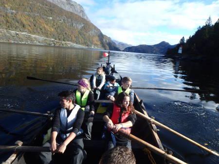 Hiv og Hoi!! Kommunikasjon og samarbeid er viktig for å klarer å håndtere Nordlandsbåten. Foto: Marijn Kuizenga