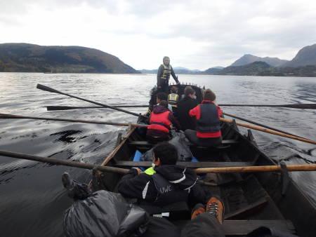 Majas sterke side var å styre båten. Foto: Tonje Slettemo