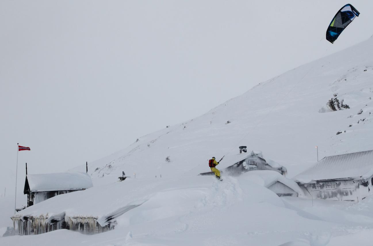 Haukeliseter er en av plassene som har snødd ned i vinter. Per Edvard Johnson kitet på taket av Haukeliseter etter det enorme snøfallet. Foto: Håkon Aarthun