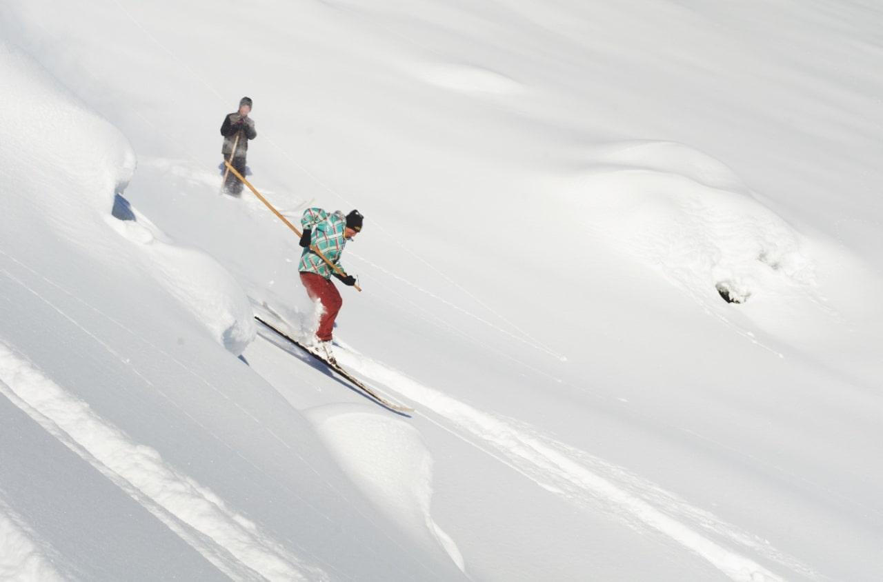 FLYVende: Tursin sørge for å få luft under skiene, mens svogeren Serik følger med i bakgrunnen. Foto: Erlend Sande