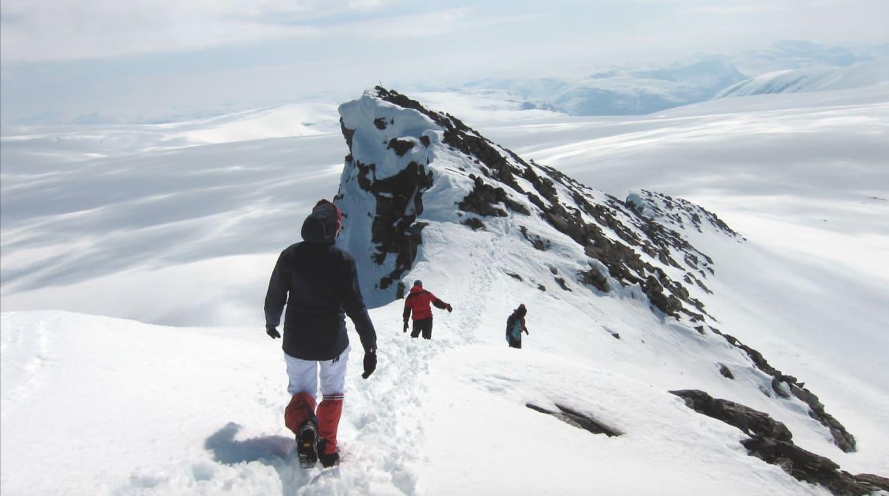 UTSIKT: Kjenndalskruna er ikke lange avstikkeren fra breen, men gir deg utsikt over fjell og dal. Foto: Karoline Aamelfot