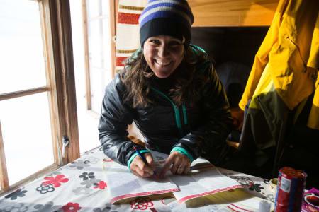 Andrea Binning gjør opp regnskap på innhogget i DNT sitt matlager på Glitterheim. Foto: Christian Nerdrum