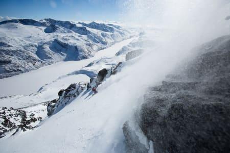 Uredd nedkjøring på utfordrende snø. Christina Lusti trekker frem gamle alpinkunnsaper på vei ned fra Besshøe. Foto: Christian Nerdrum