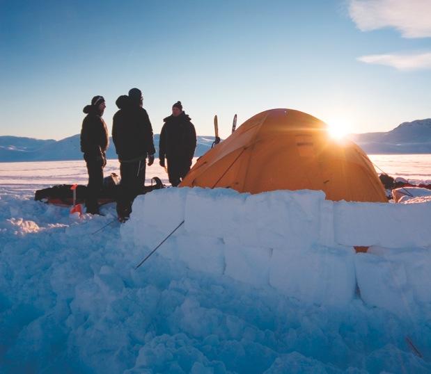 KNIRKEKALDT: Selv om sola er framme, er det ikke mye varme å hente i januar. Sørg for å isolere teltet med snø, og sjekk at teltet er skikkelig bardunert. Foto: Matti Bernitz