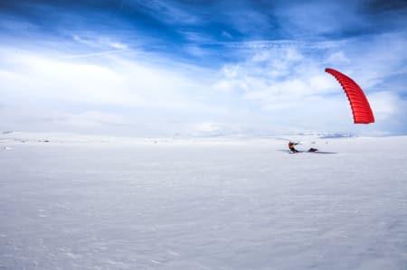 GODT DRIV: Med vind i seilet slukes kilometerne over snødekte myrer. I bakgrunnen skimtes Hallingskarvet