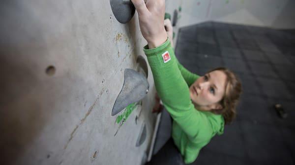 PÅ TÅ: Det er viktig å stå på tærne i veggen, slik at man enkelt kan vri kroppen. Foto: Christian Nerdrum.