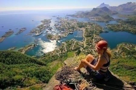 PÅ TOPPEN: Malin Jabob fikk en fiks idé sommeren for to år siden. Hun krysset Lofoten på rulleskøyter (!). På turen gikk mye av tiden blant annet til klatring. Foto: Malin Jacob.