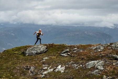 KOM I GANG MED FJELLØPING: Malene Haukøy er en av Norges mest profilerte fjelløpere. Her fra da hun løp Sognefjorden på langs sist sommer. Foto: Håvard Nesbø