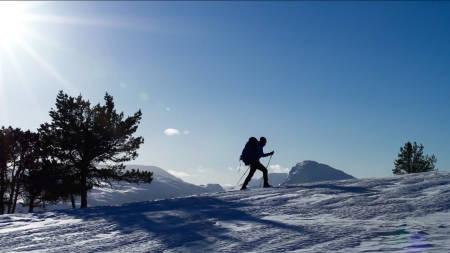TOR(D)SDAG: Programleder Tord Hafnor på lett etter vann og en passende leirplass for natten. Første episode av På lag med fjellet kommer torsdag 3. mars