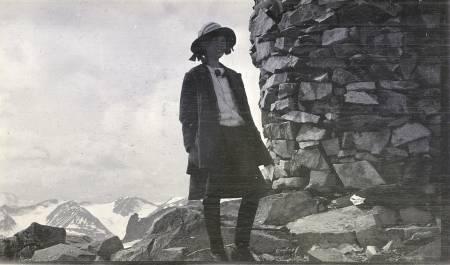 Ingeborg Meinich på Galdhøpiggen rundt 1910. «Norges høieste småpige og hvad hun så». Ingeborg var første gang på Store Skagastølstind 15 år gammel, og klatret Skagastølsryggen året etter. Senere møtte hun polfareren Trygve Gran, som hadde deltatt under Scotts sydpolekspedisjon. Foto: Privat