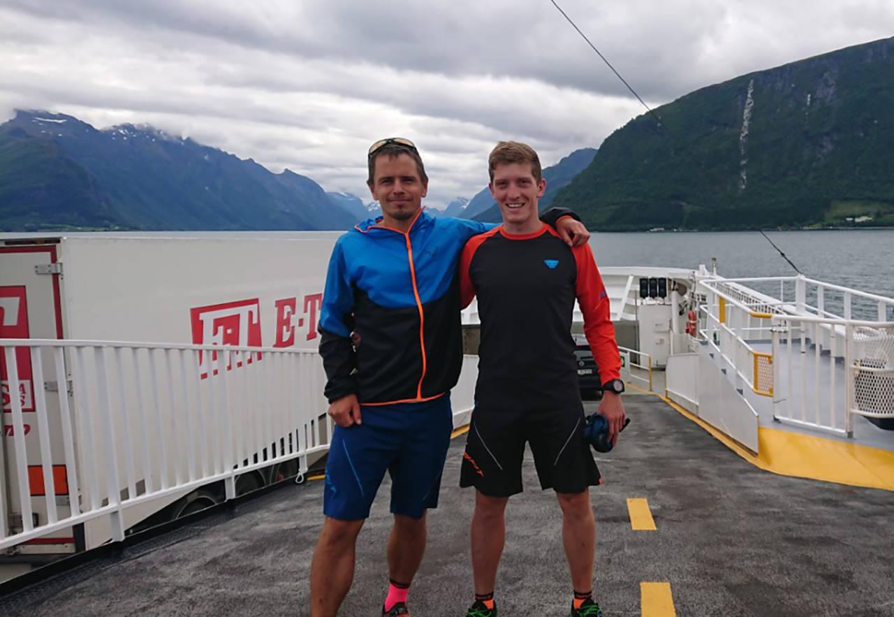 Tommy Haga og Christian Brurås velger å legge løperuta til terrenget, for å få med seg indrefileten av Hjørundfjorden rundt. Foto: Privat