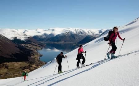 INNBYDENDE: Ståle Mogstad (t.v.), Ove Sæle Barlund, Stine Farsund Ulltang og Ingrid Margrethe Halvorsen Barlund i fersk påskesnø på Bjørsetfjellet. Foto: Line Hårklau
