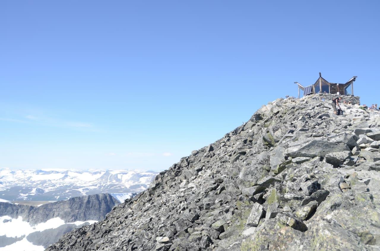 LAVEST TIL HØYEST: Om du tar turen til det aller høyeste punktet i Norge, Galdhøpiggen, kan du ta deg en velfortjent bolle på Galdhøpigghytta. Foto: Sandra L. Wangberg