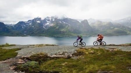 FJELL OG HAV: Å sykle i høyden, men likevel så nær havet, er en spesiell opplevelse. Foto: Kristin Folsland Olsen